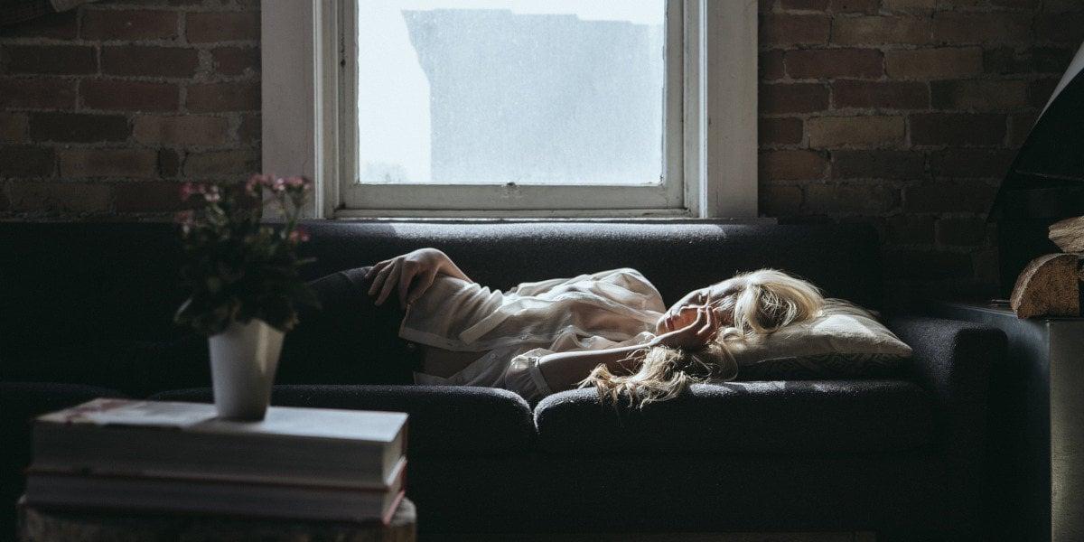Femme dormant sur un sofa